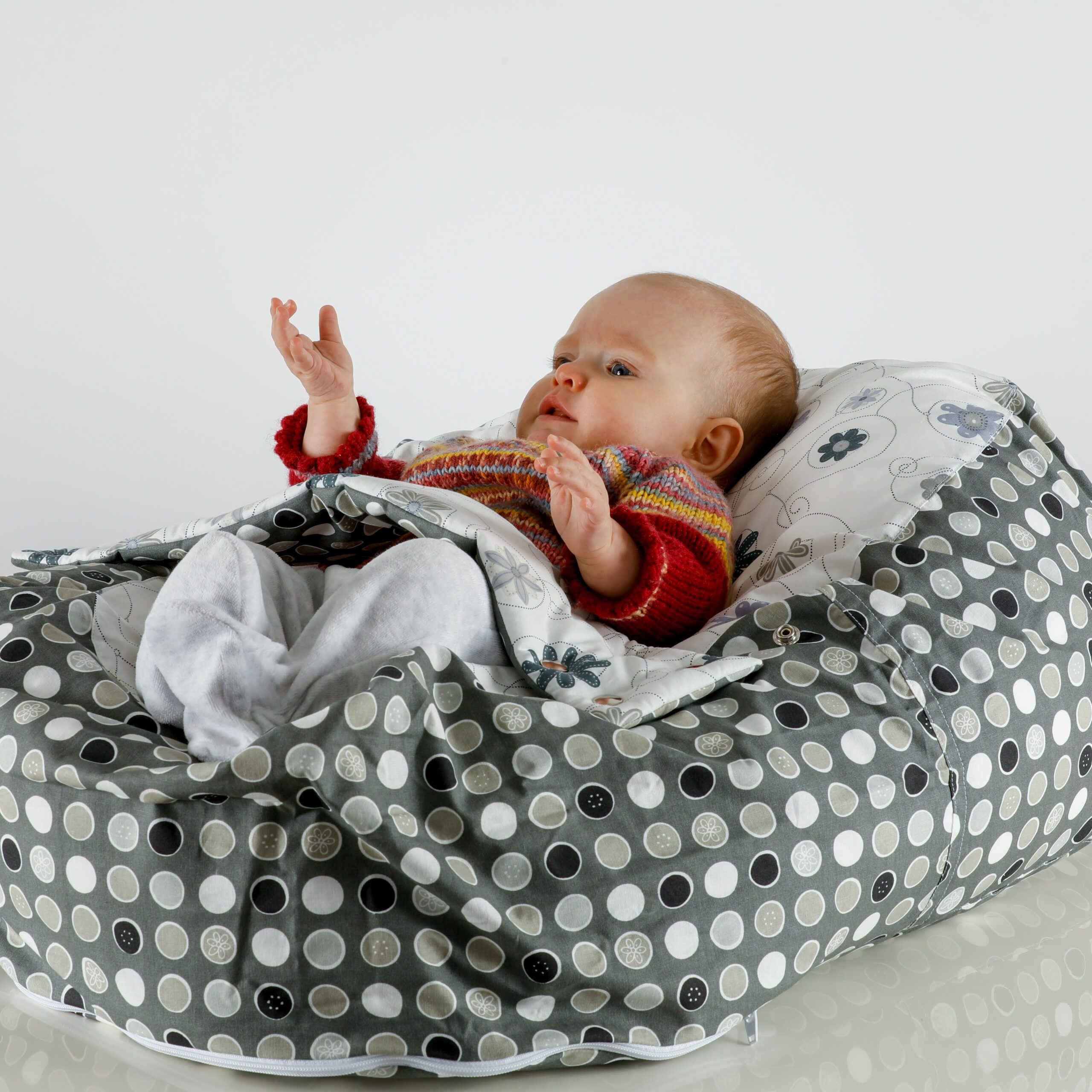 grau gepunktet opadi babyliegekissen