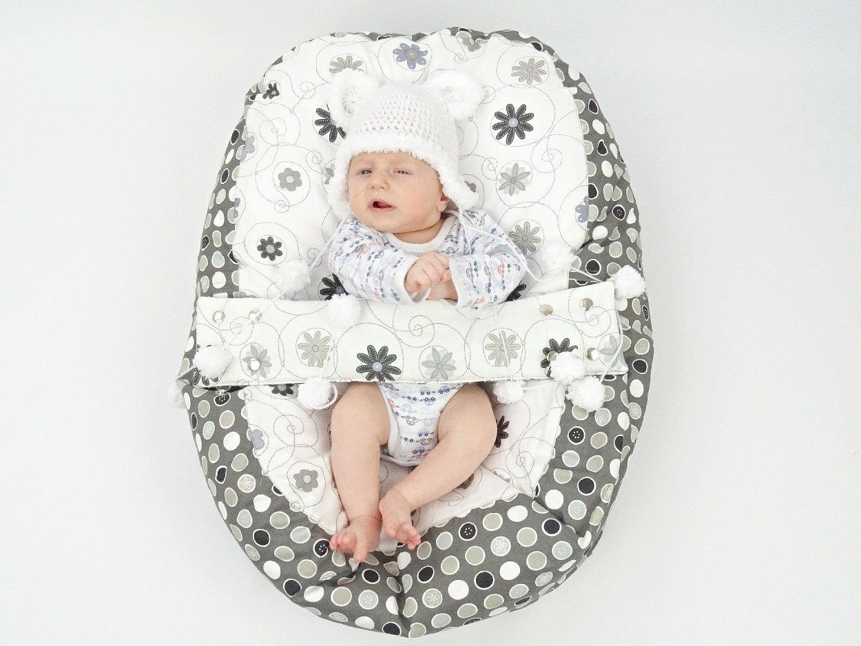 Liegekissen für Babys mit Punkten und Blumen