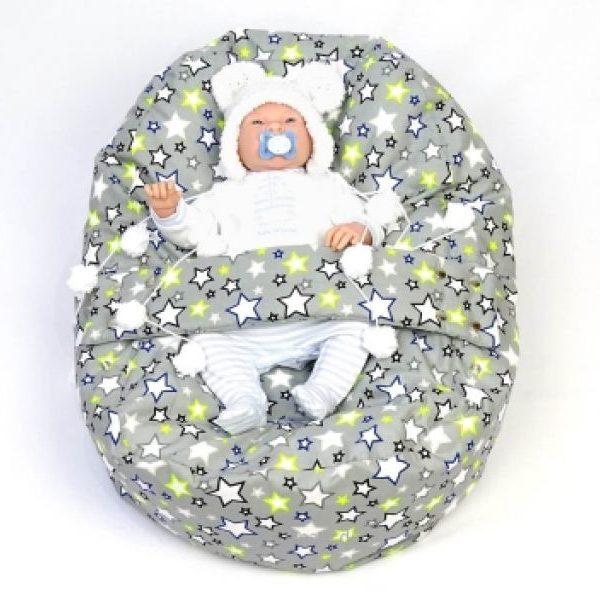 Babyliegekissen Grau Sterne, Baby liegt