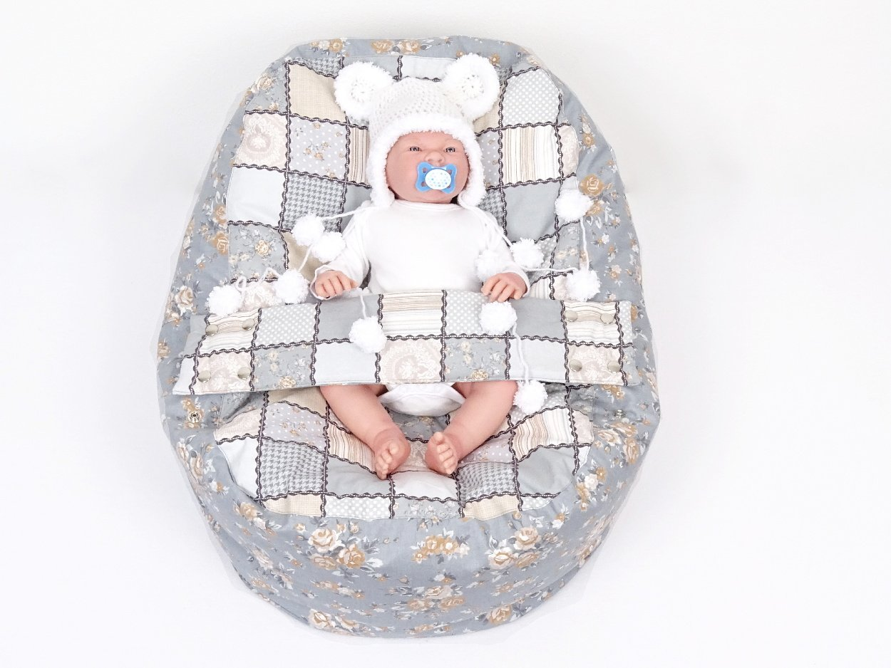 Baby im Liegekissen mit Patchwork Muster
