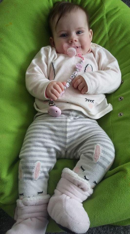 Lina im baby liegekissen